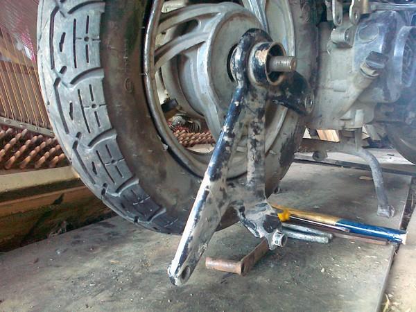 Как снять колесо на скутере